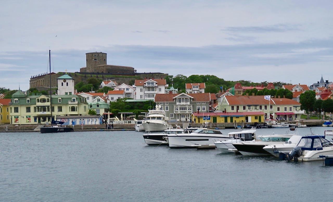 Att ta färjan över till Marstrand från Koön på fastlandet tar bara några minuter.