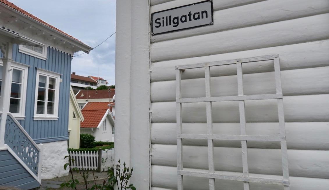 Marstrandsön i Bohuslän. Tankarna går till vackra trähus, trånga gator och havets stäniga närhet.