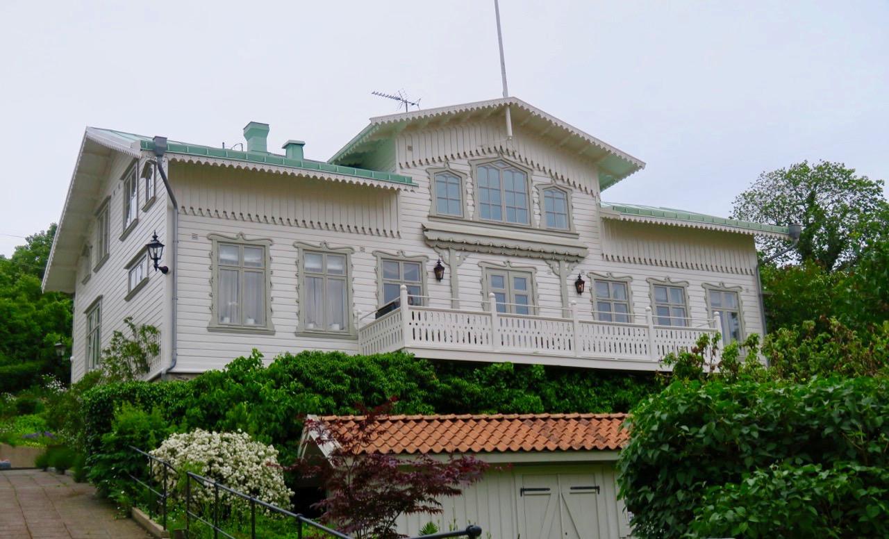 Många vackra trähus möts man av på Marstrand.