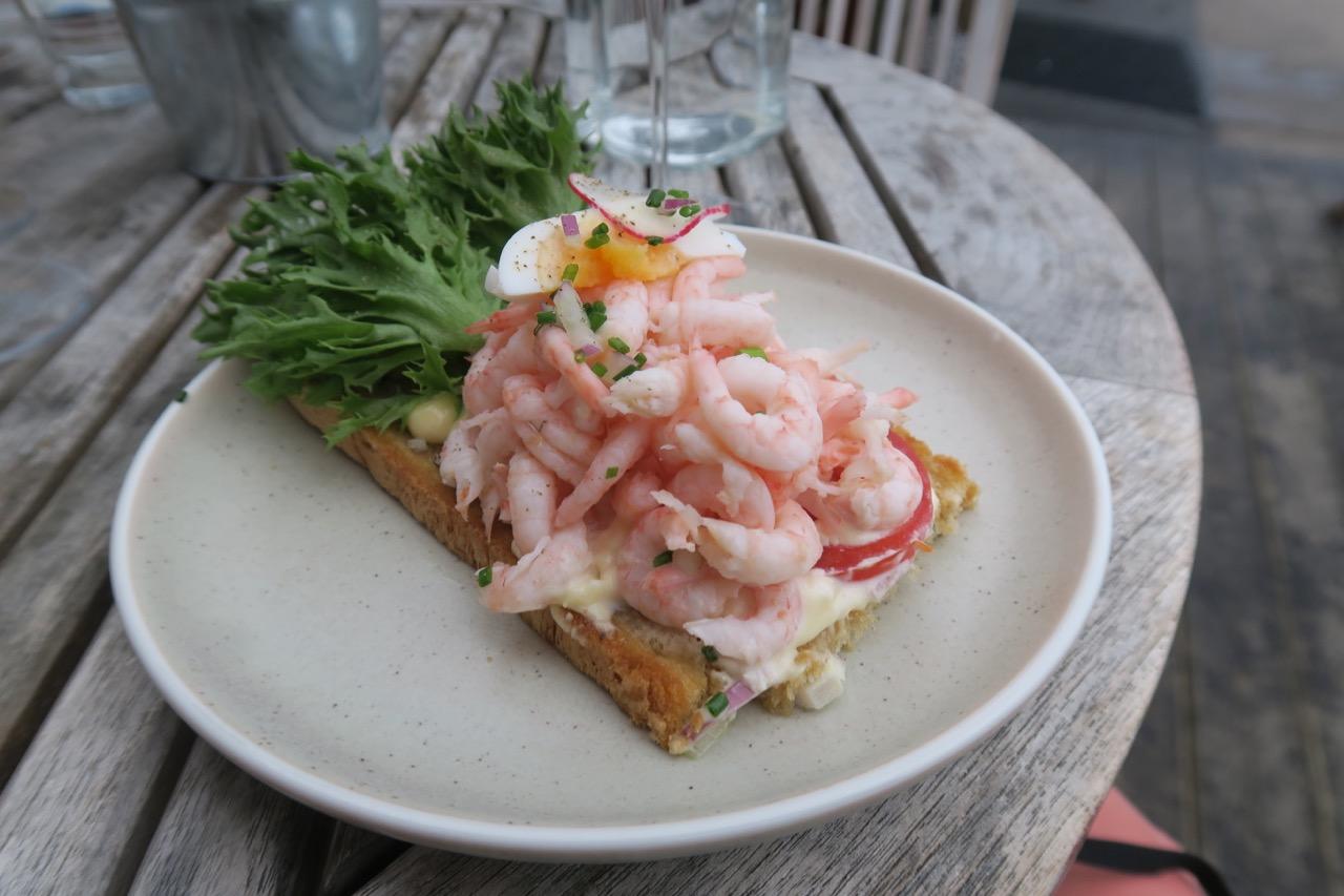 Bohuslän och färska skaldjur hör ihop. Så givetvis blev det en räksmörgås på Smögen.