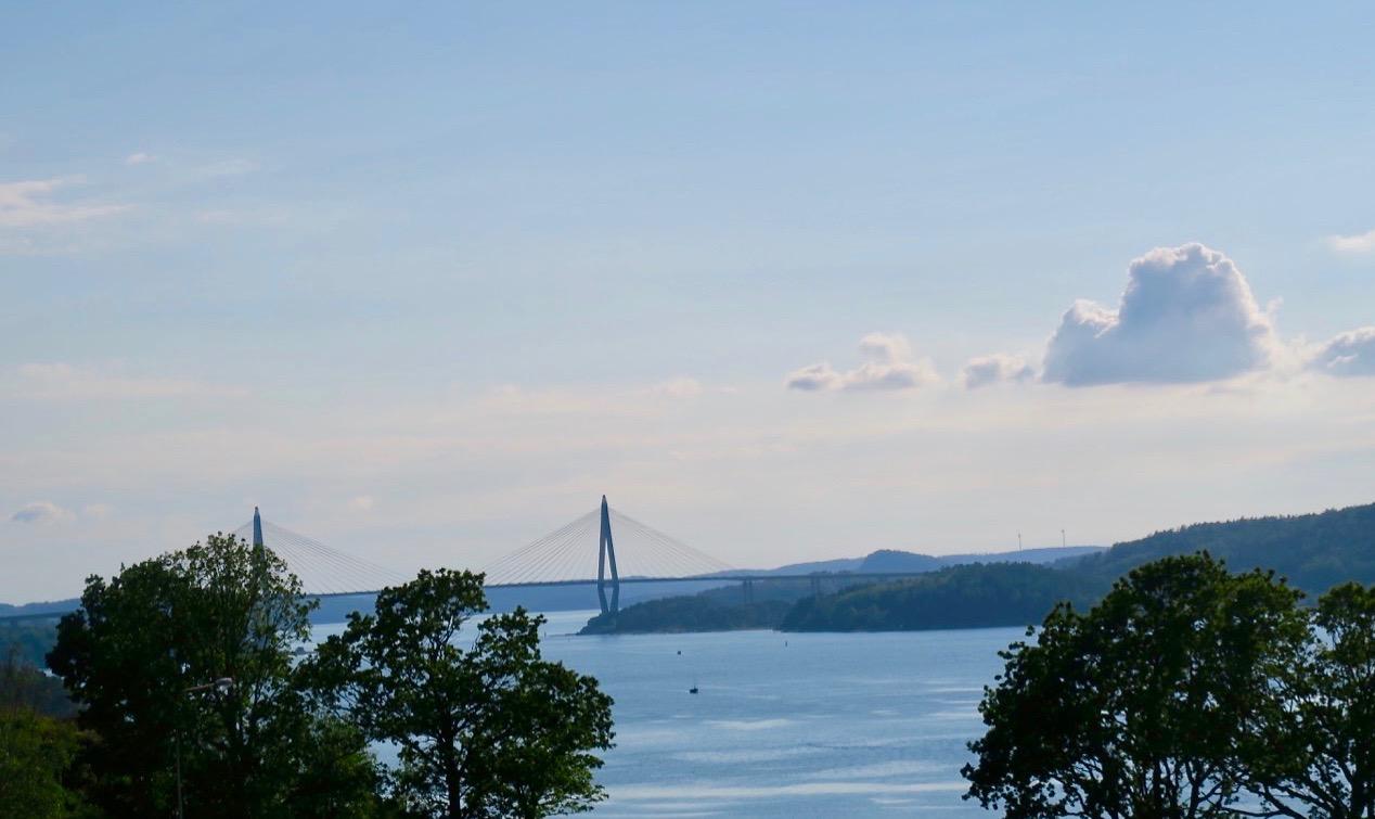 Vacker utsikt med Uddevallabron i bakgrunden.