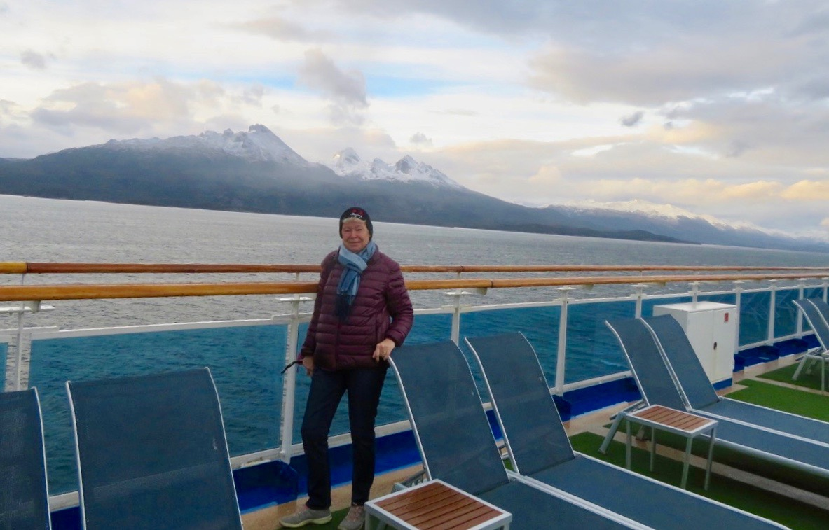 Fartyget glider sakta in mot Ushuaia, Eldslandets spets.