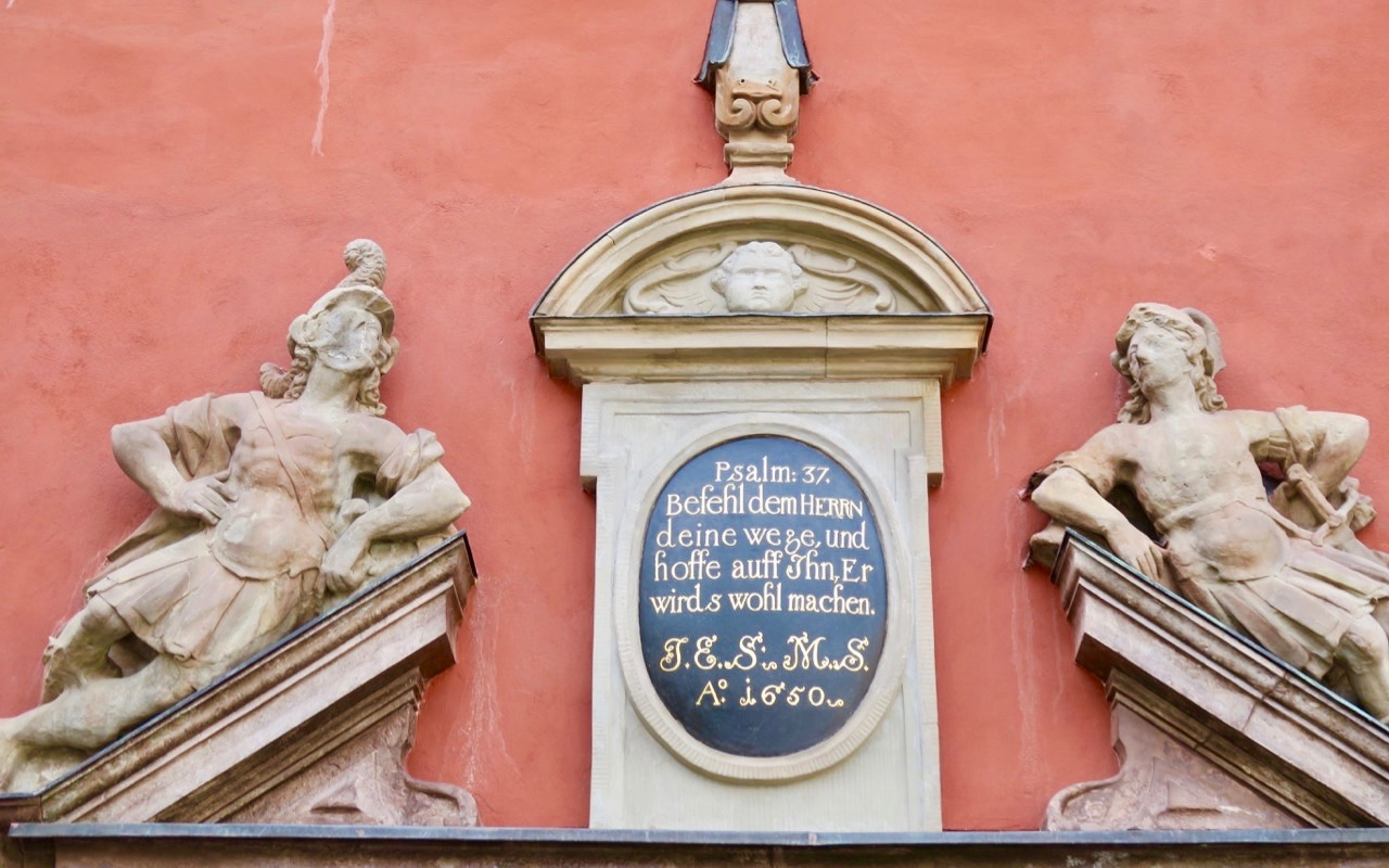 En gammal inskription från 1650 finns ovanför porten på Schanzka huset.