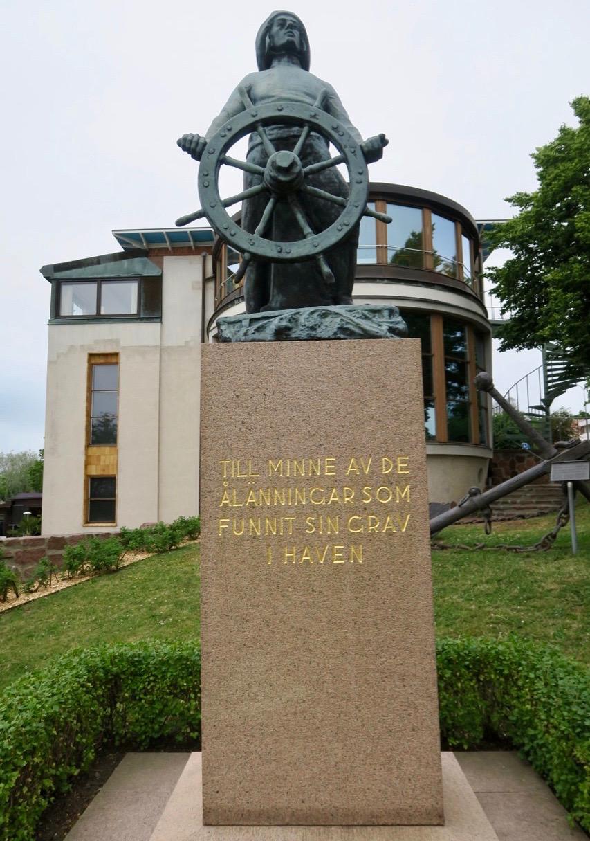 """""""Mannen med ratten"""" staty utanför Sjöfartsmuseet i Mariehamn, Minnesmärke för de som funnit sin grav i haven."""