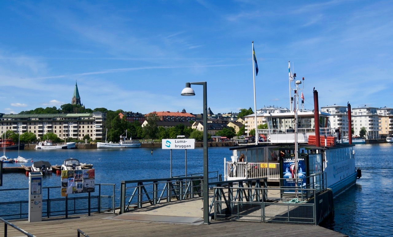 Hammarby sjö- Förekomsten av vatten och båtar är påtaglig