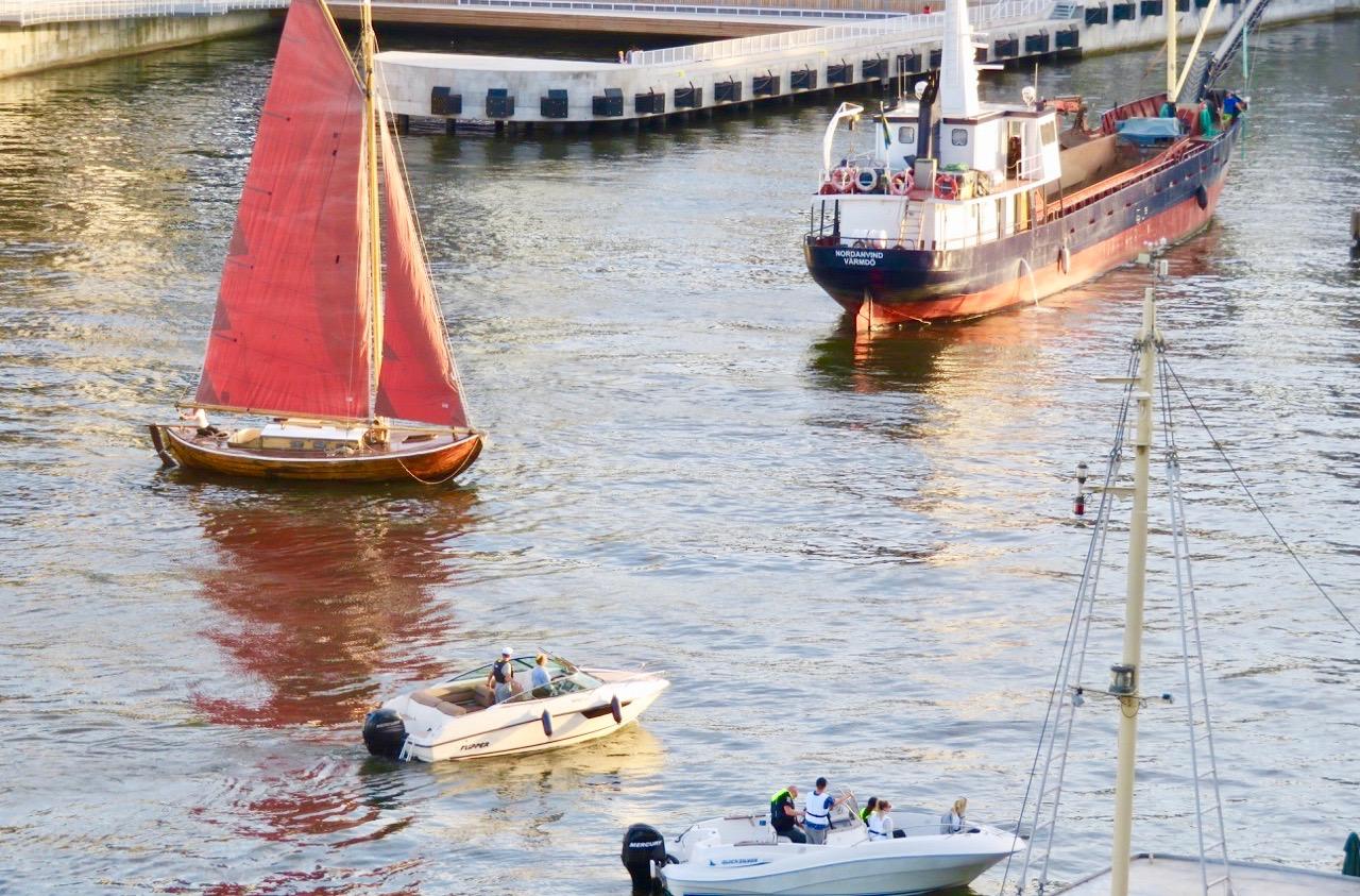 Många båtar i kanalen som ska slussa . Och visst finns det båtar som kan stick ut.