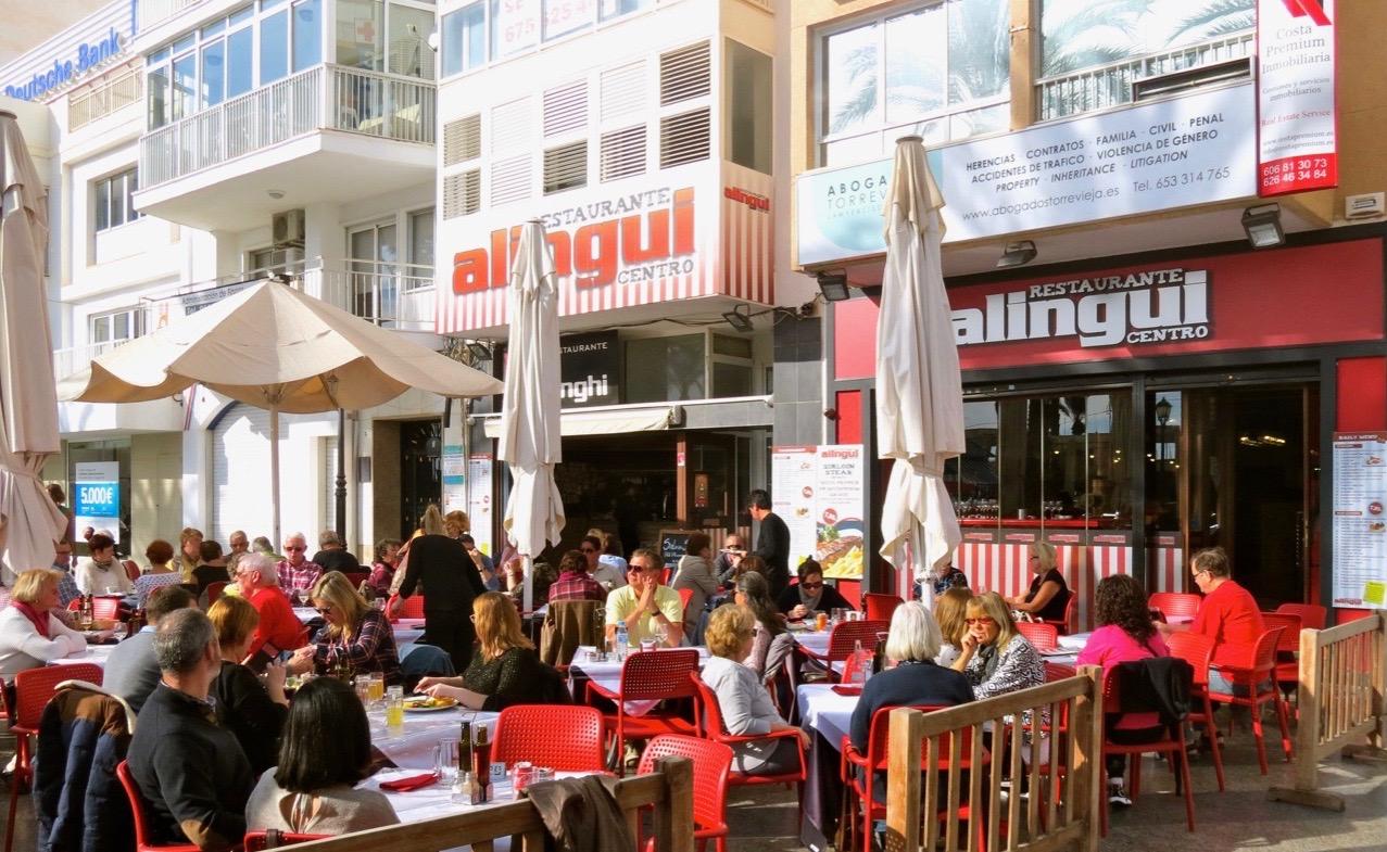"""En god och sen lunch blev det på restaurang Alingui. Många besökaer nrukar det vara och kanske än fler denna helg när """"ferian"""" går in på sista dagen."""