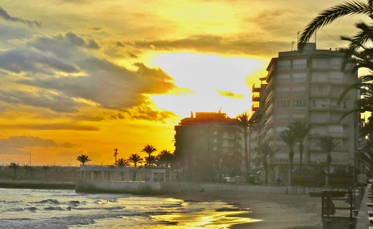 Molnen hopar sig över Playa del Cura. En vacker kväll är det- Och det mesta känns trots allt bra. Men smolket i bloggbägaren finns kvar.