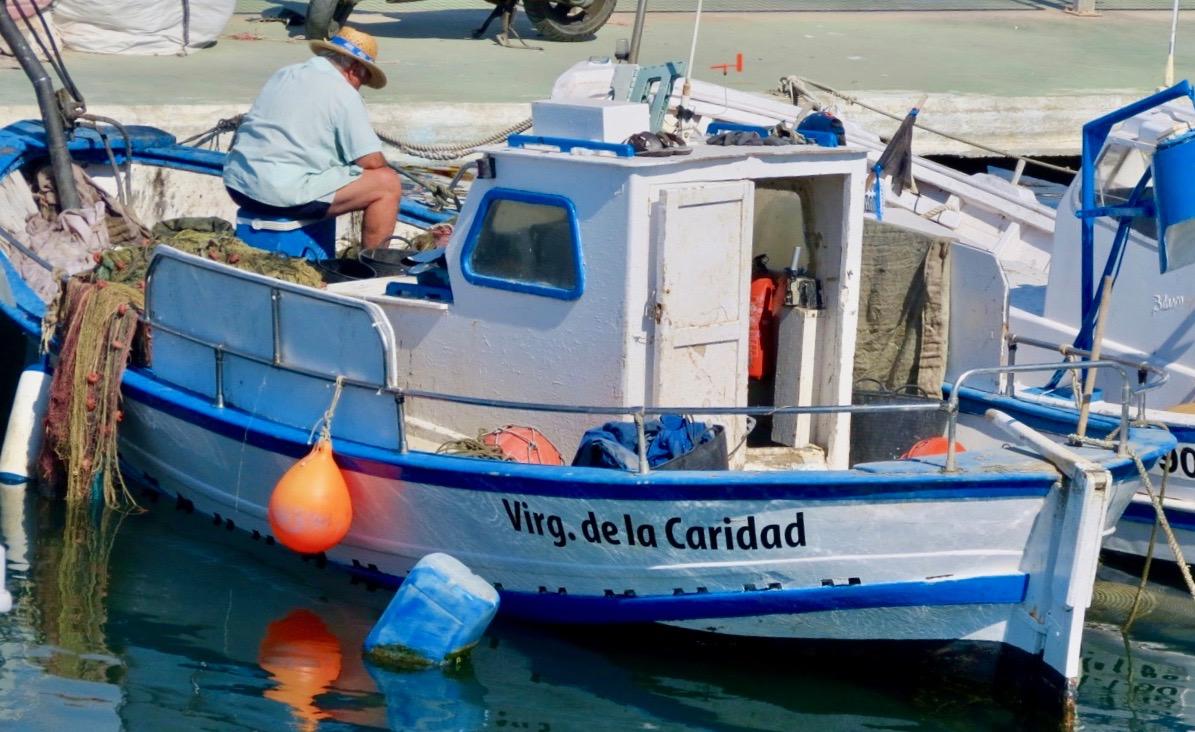 Strax utanför fritidsbåtarna i Torreviejas småbåtshamn passerade jag denna fiskebåt.