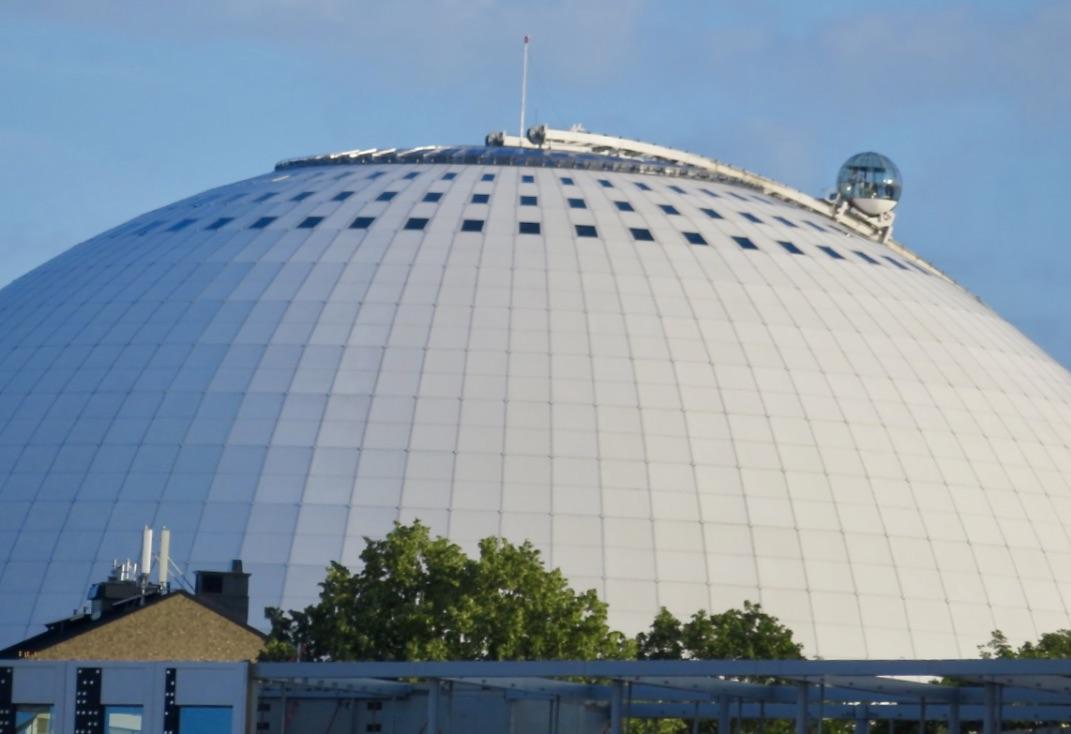 Fredag kväll, blå himmel och utsikt mot Globen.