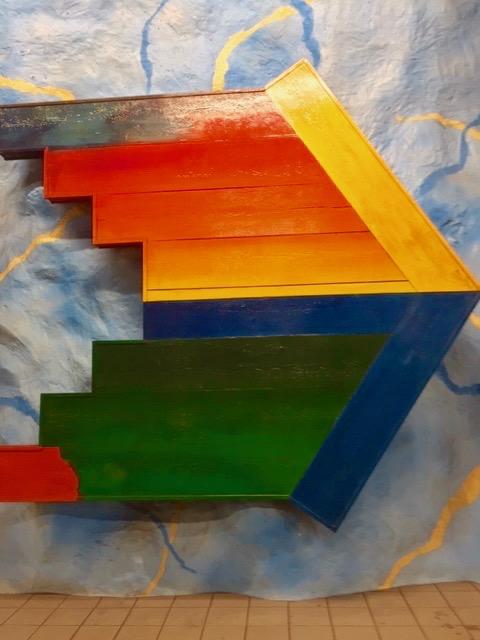 En fägglad pil med rektangulära mönster visar vägen ut.