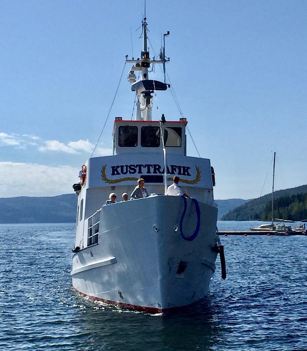 Båten kommer för att hämta oss i Docksta för vidare resa ut til Ulvön.