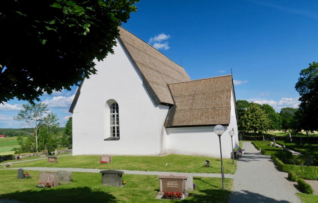 Härkeberga, nordost om Enköping kyrka är en sevärdhet