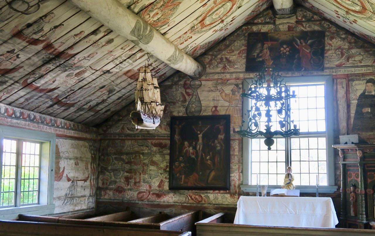 I det gamla träkapellet på Ulvön finns många detaljer att titta närmare på.