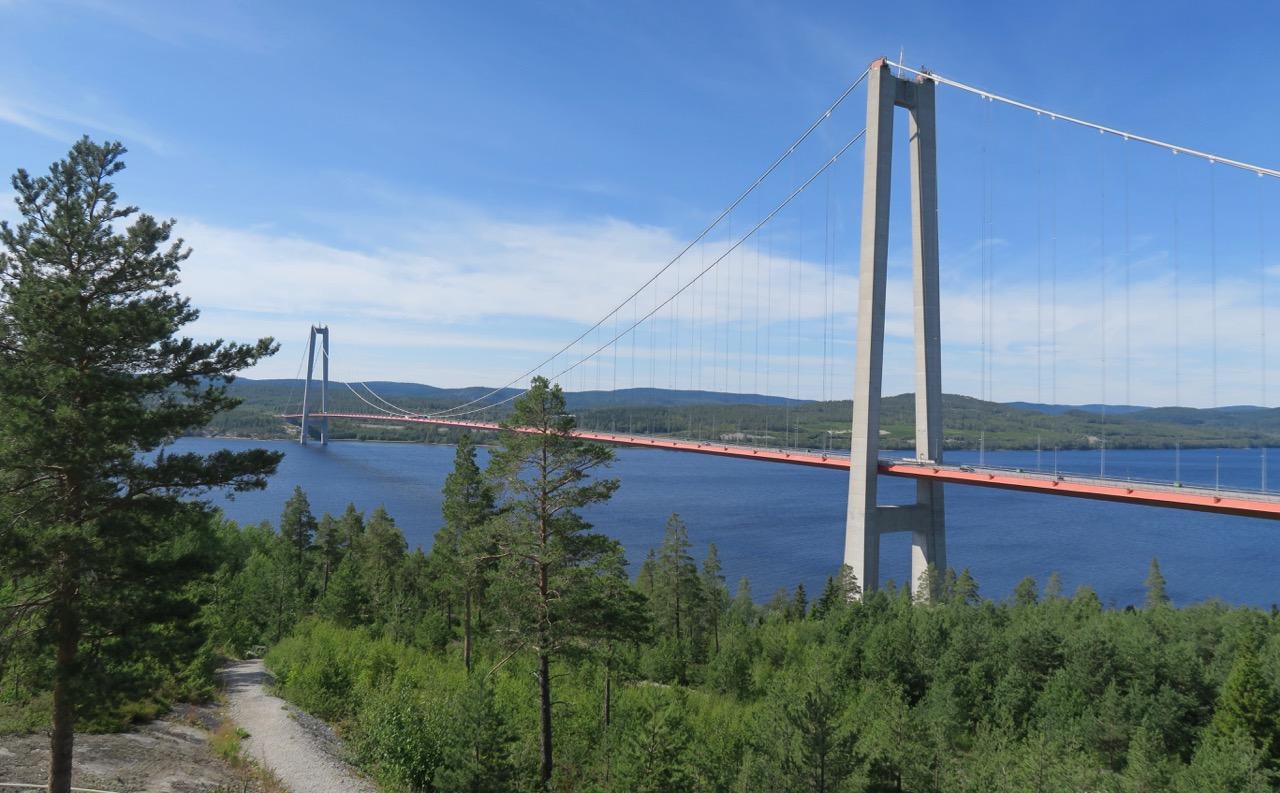 E4 an, vägen mellan Torneo i Finland och Helsingborg i södra Sverige går över Höga kusten bron.