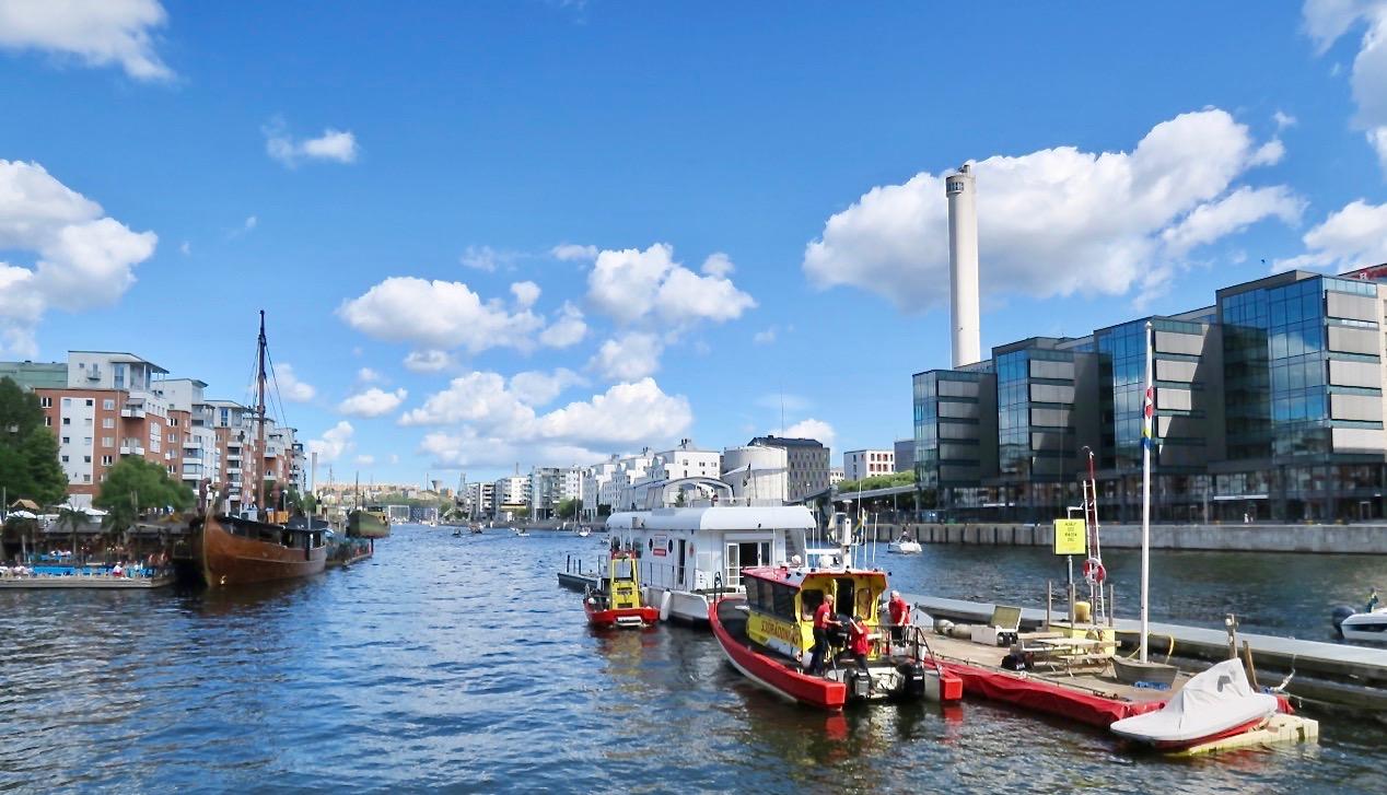 """Hammabrbykanale Norra Hammarbyhamnen till höger och på andra sidan ligger """"Sjöstan; Södra Hammarbyhamnen"""