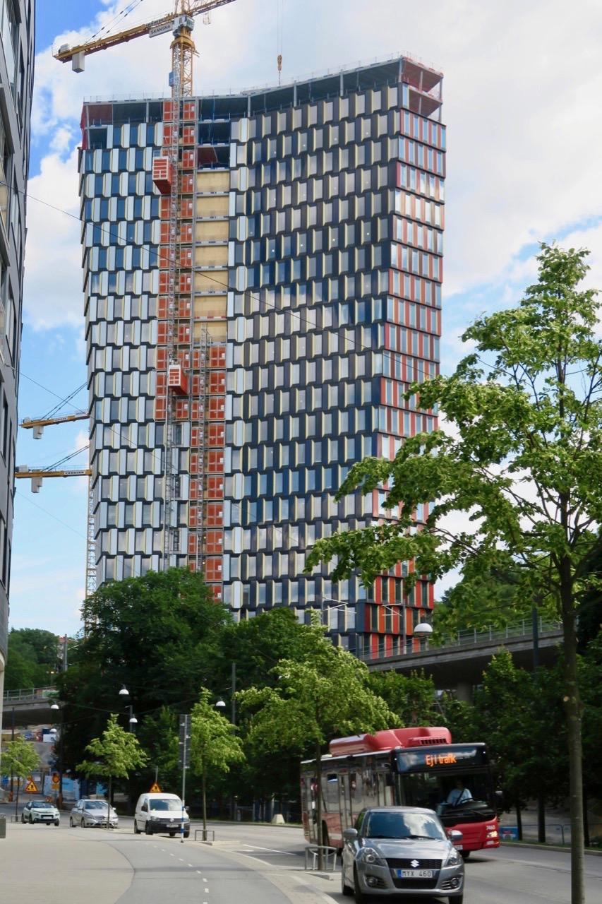 Här på andra sidan har skyskrapan Stockholm 01/ STockholm 01 fått nästan falla våningar på plats