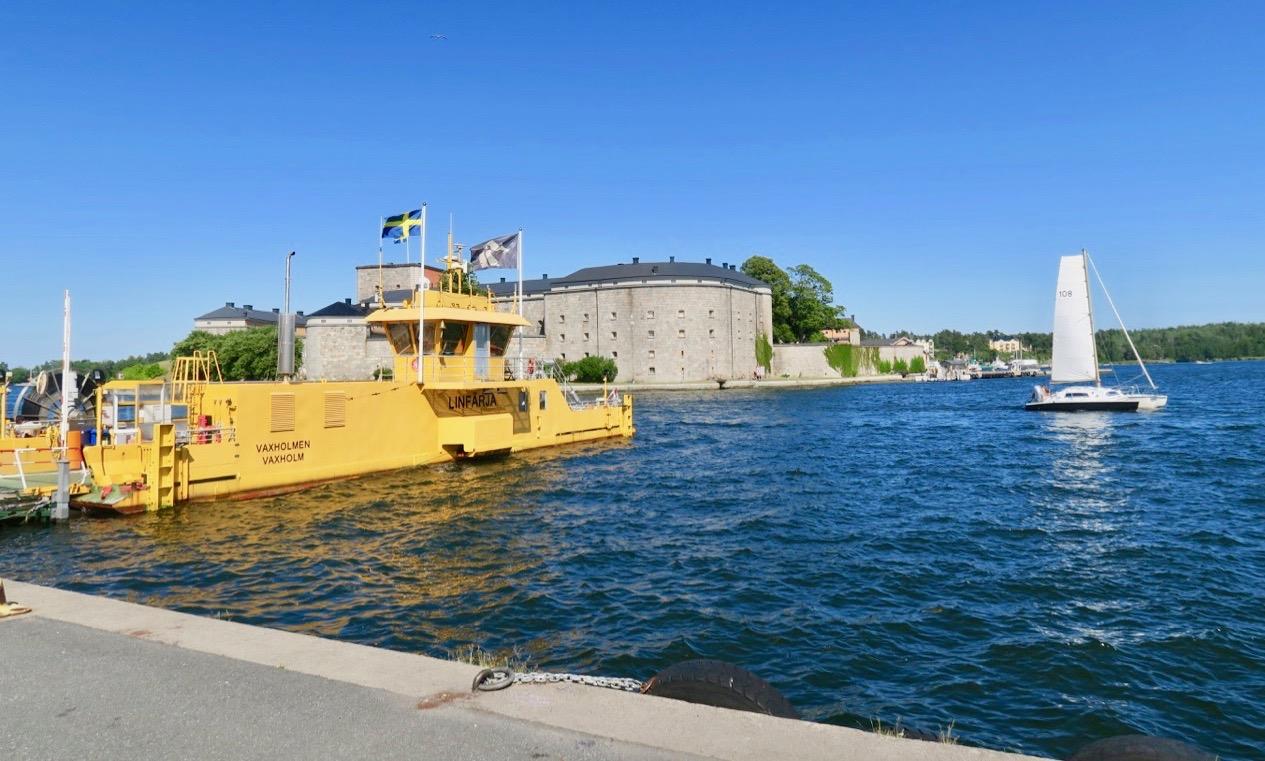 Båtar och vatten ser man överallt i Vaxholm .