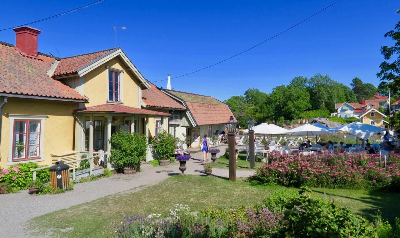 Hembygdsgården i Vaxholm ligger fint vid vattnet och både på fram och baksidan finns en stor trädgård.