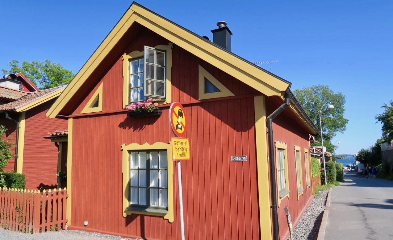 Vaxholm är en skärgårdsstad och de gamla fina trähusen ger sin prägel.
