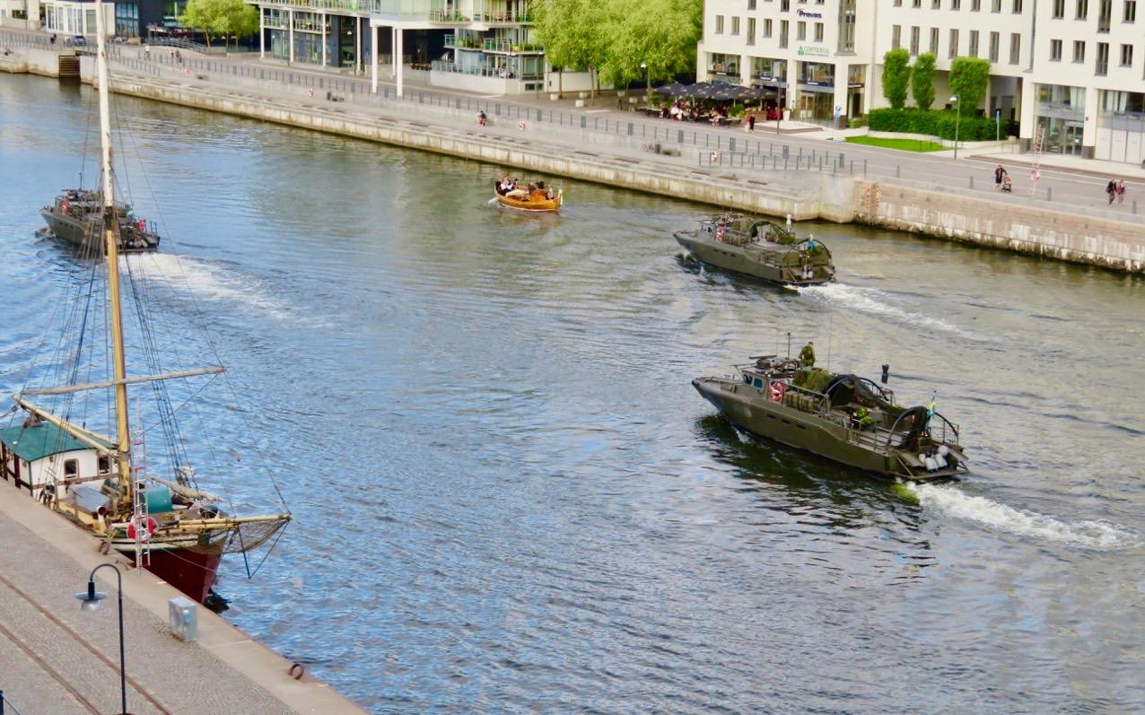 Ett helt gäng sridsbåtar var i rörelse i Hammarbykanalen. Räknade till nio stycken.