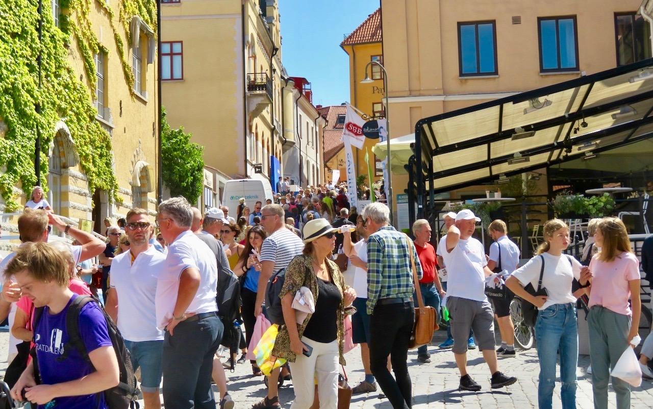 Almedalsveckan var inne på sin andra dag när vi besökte Visby. Så en del gator var välbesökta-