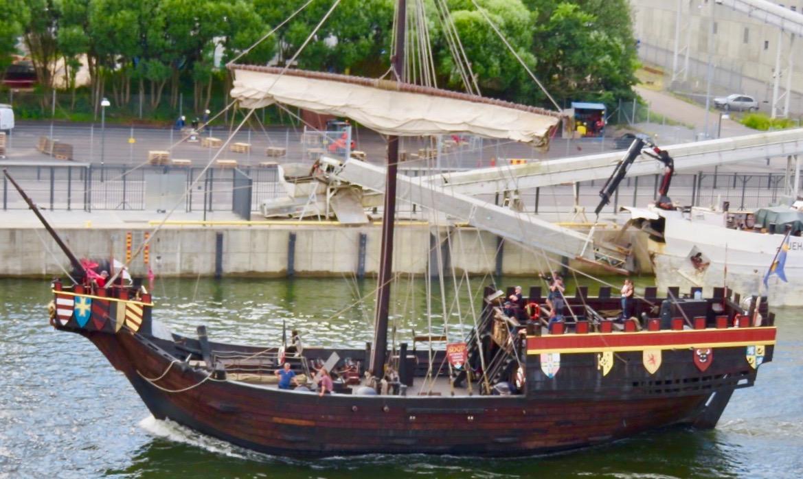 Ett Vasaliknande skepp i miniatyr tar sig en tur denna fredag kväll.