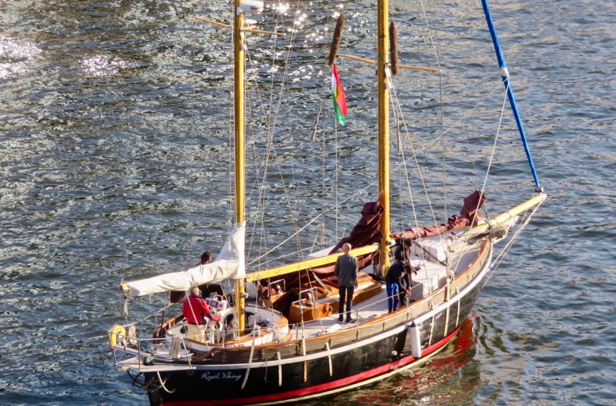 En italiensk segelbåt passerade också i kanalen denna fredag kväll.