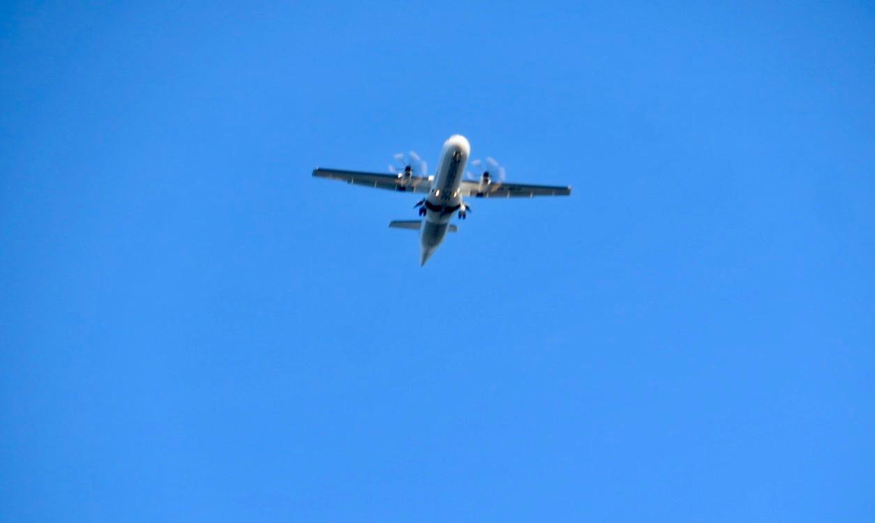 Fredag kväll. Många propellerplan på väg mot Bromma flygplats.