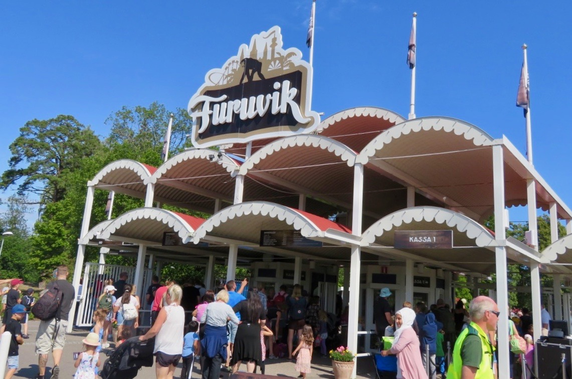 Har man möjlighet att besöka Furuvik och parke en vardag under sommaren är det mindre trångt.