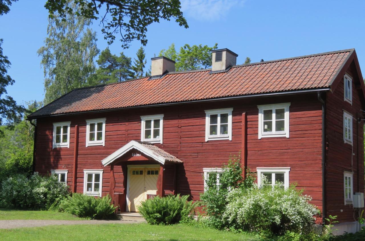 Inom parkområdet i Furuvik finns mång agamla hus som används till butiker, caféer och annat.
