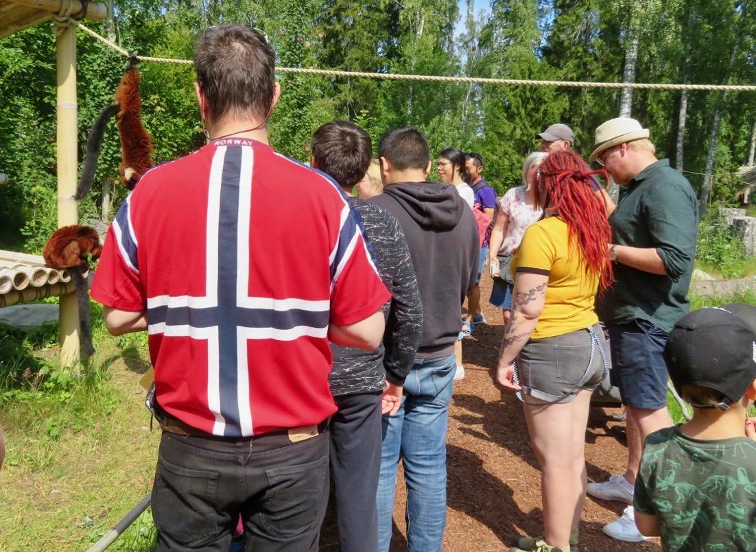 Mängden besökare i Furuviksparken med utländskt ursprung var stort. Men många var mer diskreta än denne man.