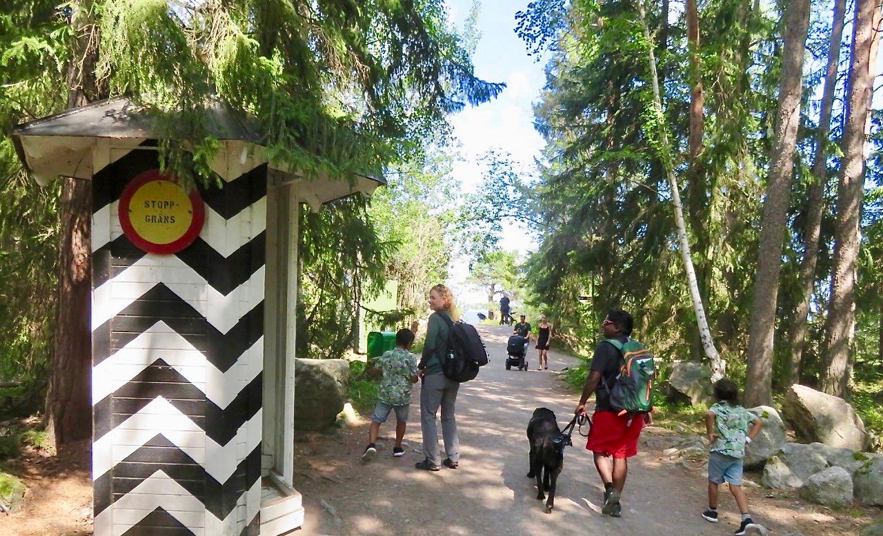 """Äventyrsön och det """"hemliga fortet"""" är sedan 1993 en del av parken i Furuvik."""