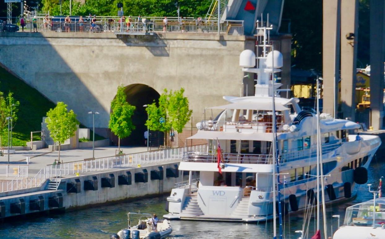 Yachten WD är på väg in i Hammarbyslussen för att ta sig till Mälaren-