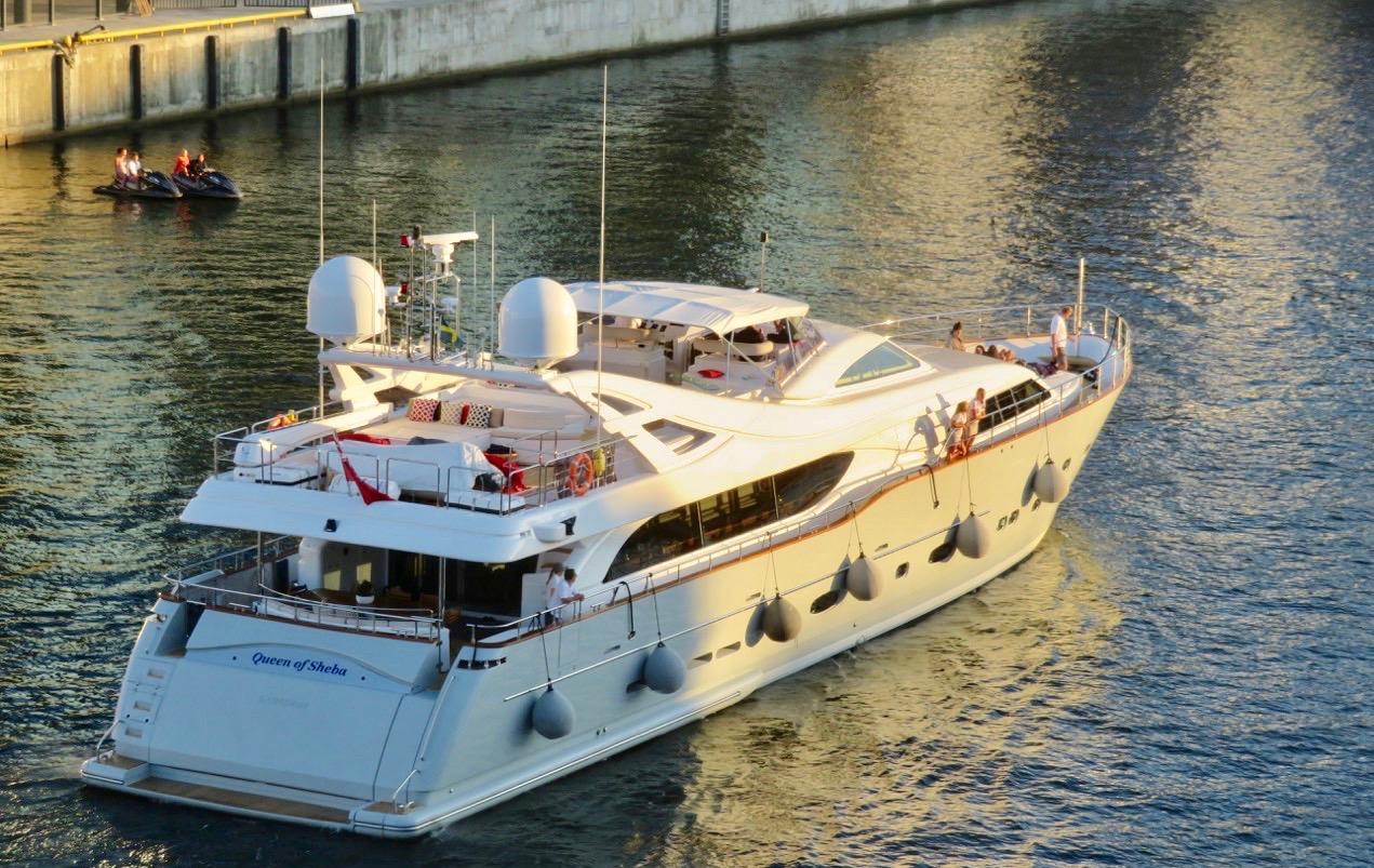 Även i Hammarbykanalen är det gott om både vatten och båtar.