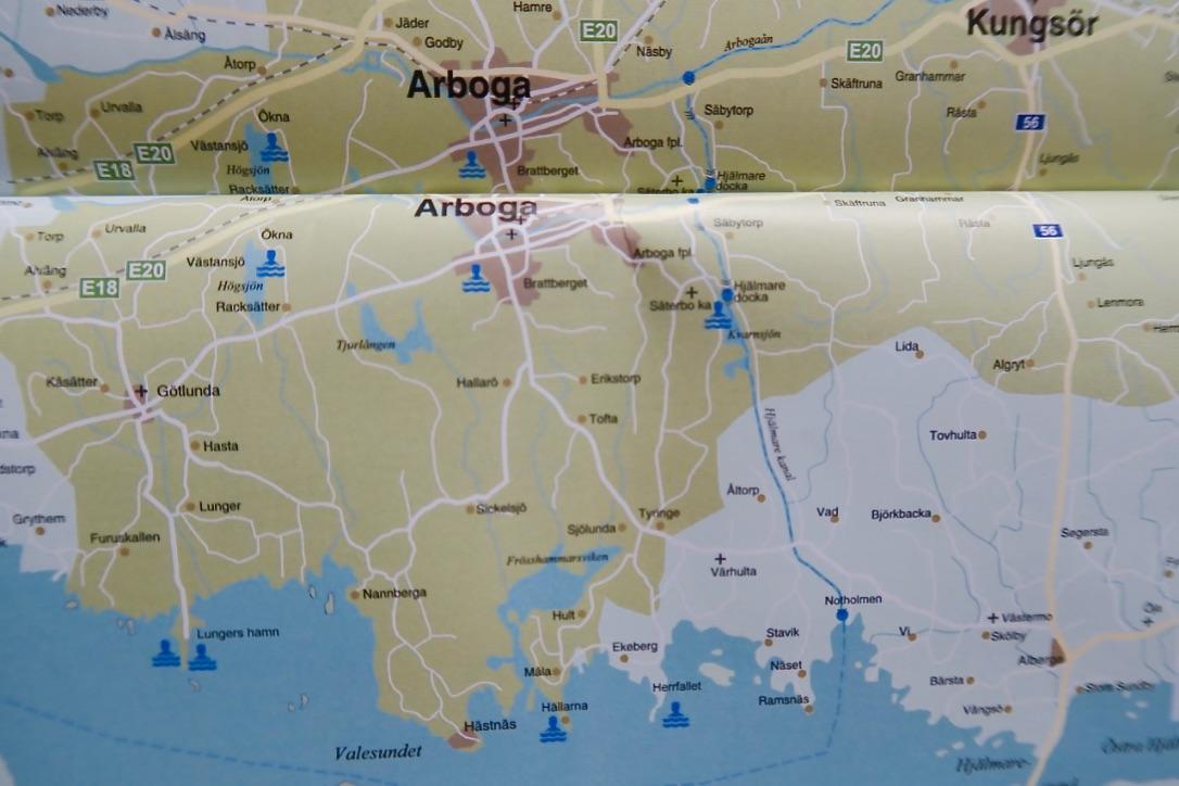 Hjälmare kanal ligger öster om Arboga och är märkt med en streckad blå linjee