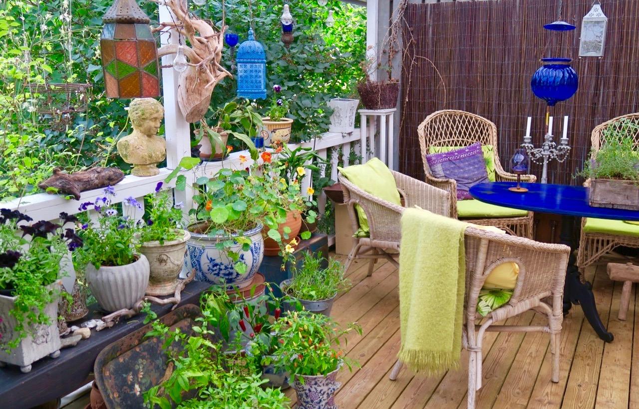 På altanen sprakar det av färg och grönska.