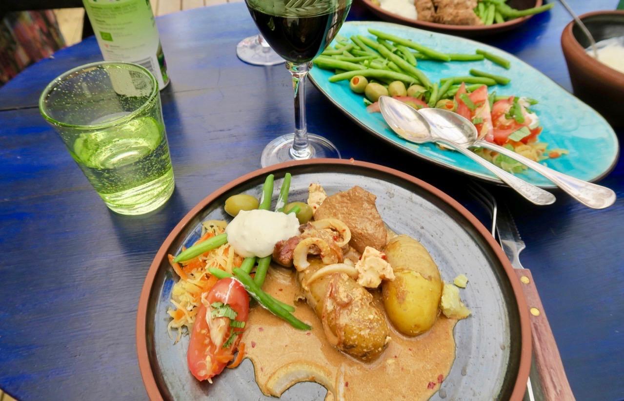 Färg och grönska även på kvällens middagsbord.