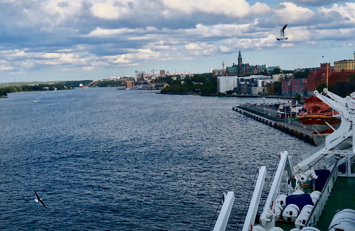 Vi har lagt ut från kajen i Stockholm och är sakteliga på väg mot Helsingfors .