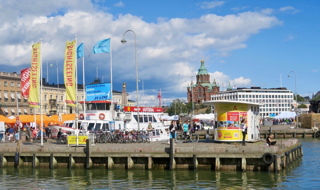 Vid Salutorget lägger många sightseeingbåtar till. Och en fin dag som denna vill många ta en båttur.