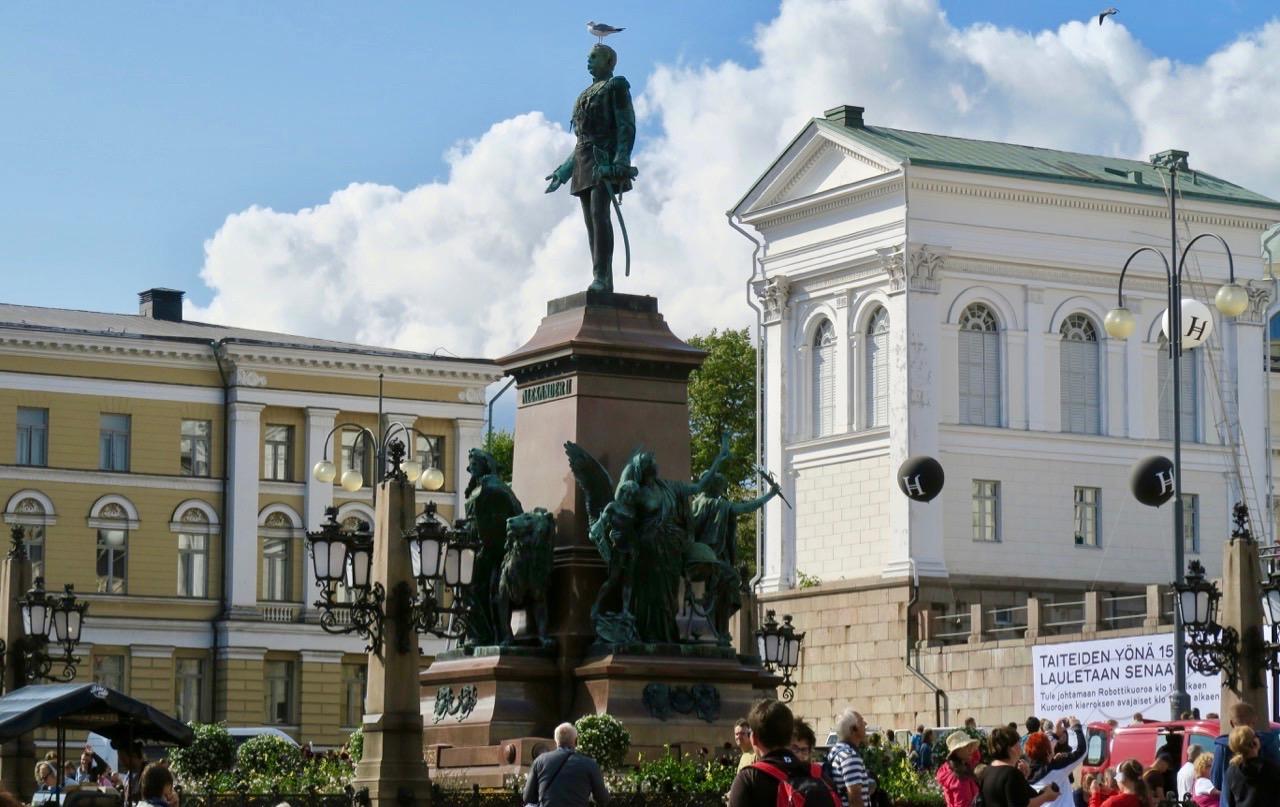 En fin dag för att ta sig runt i Helsingfors. Här Senatstorget med universitetet.