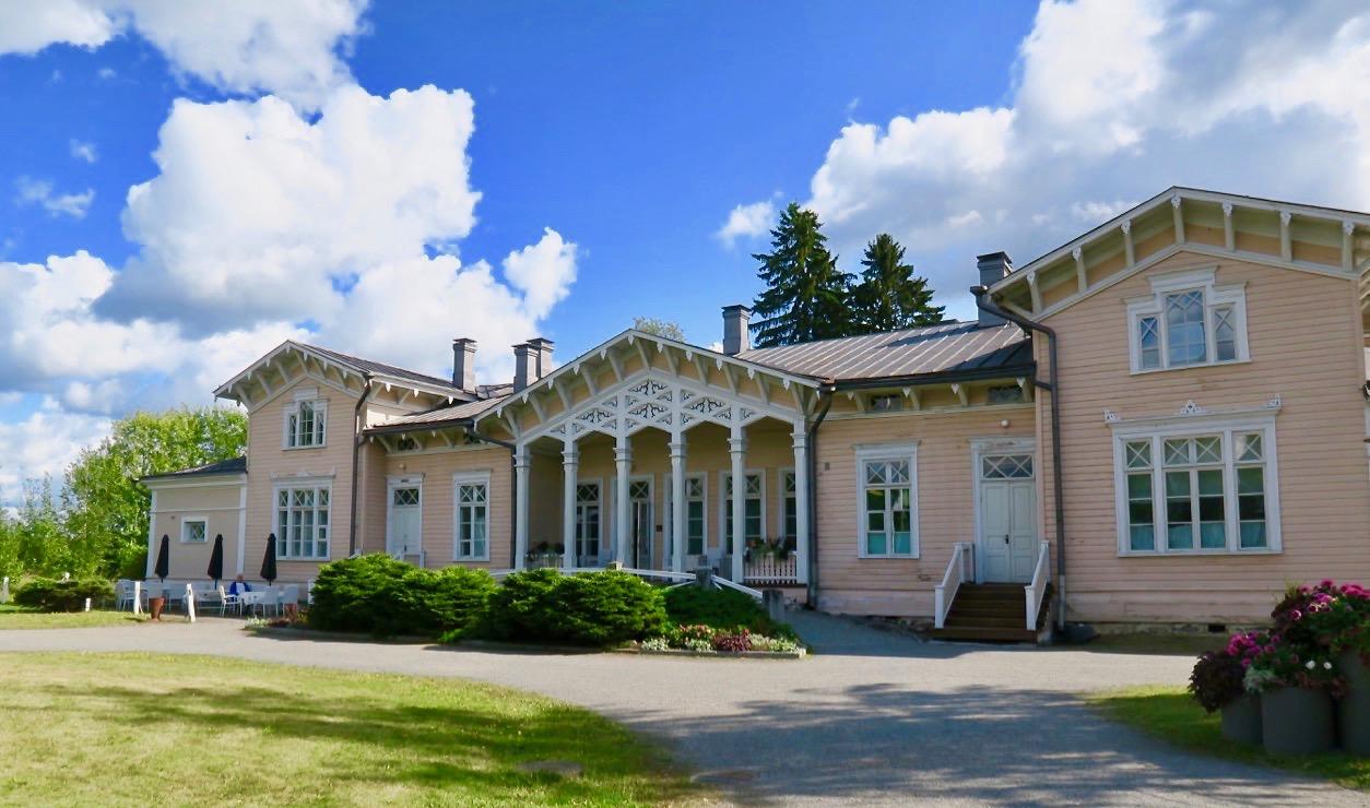 På resan från Lahtis till Valamo nya kloster åt vi lunch ute på landet, på Kenkävero gamla prästgård.
