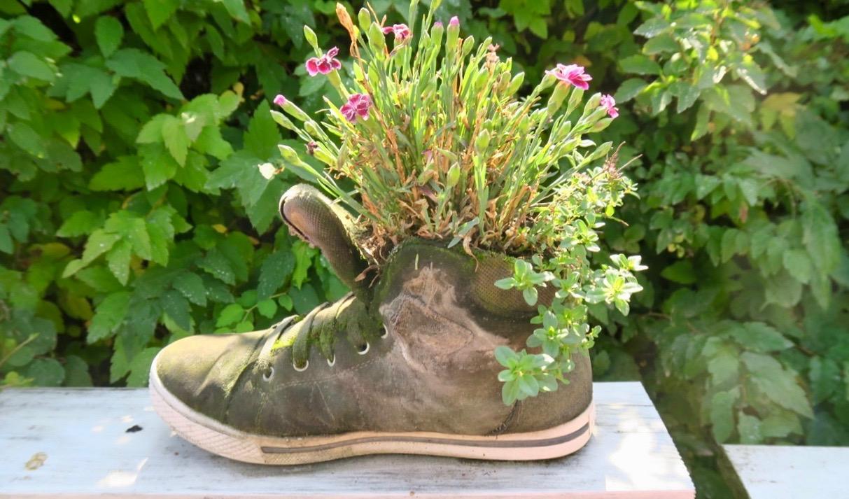 En sko med blommor är en av de finska, mer symboliska skyltar jag nu lärt mig. Särskilt Kenkävero eftersom ordet i sig har med skor att göra-