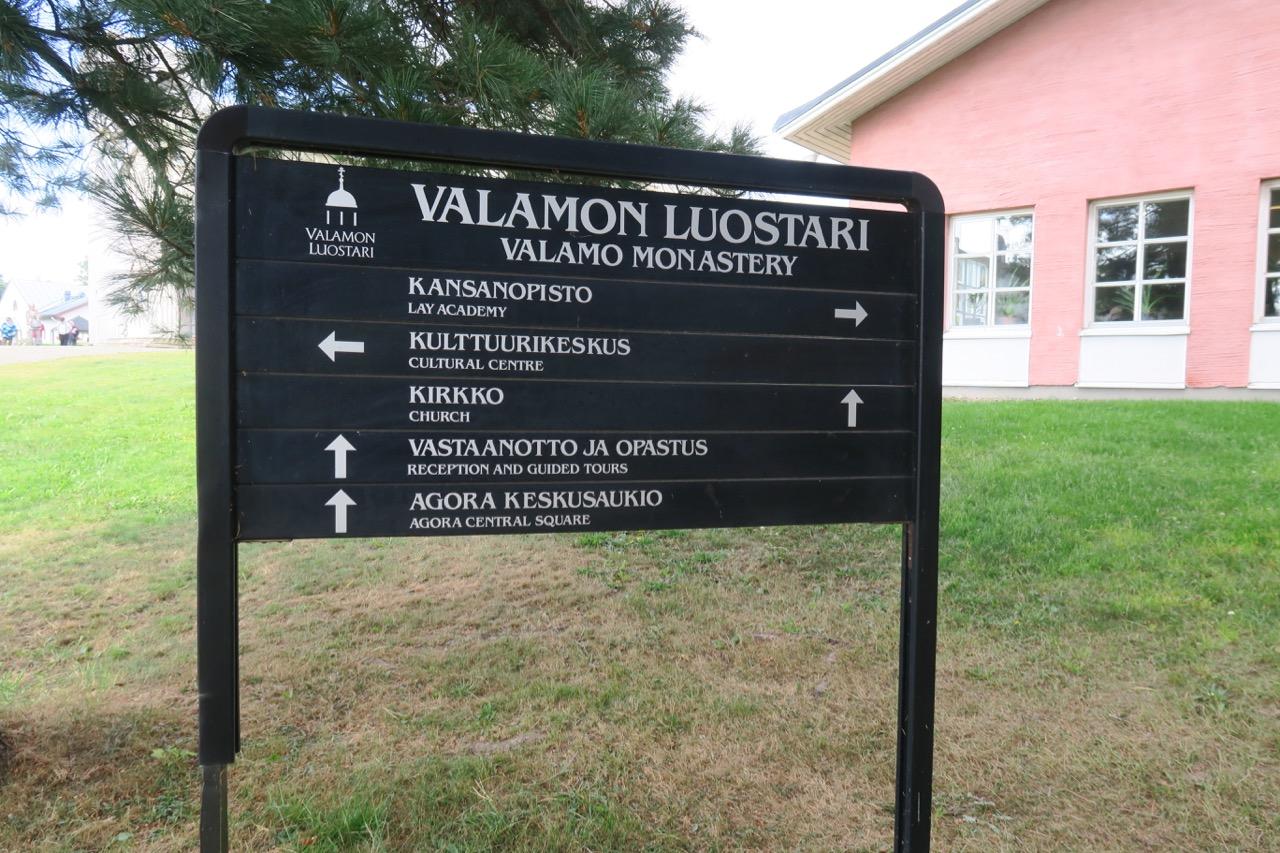 Det är gott om vägvisande finska skyltar inom området.Men på en del tavlor finns även den engelska översättningen