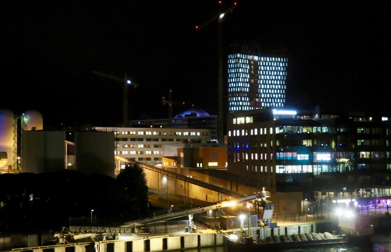 Lysande kväll. Både Globen och Stockholm New lyser upp nejden.