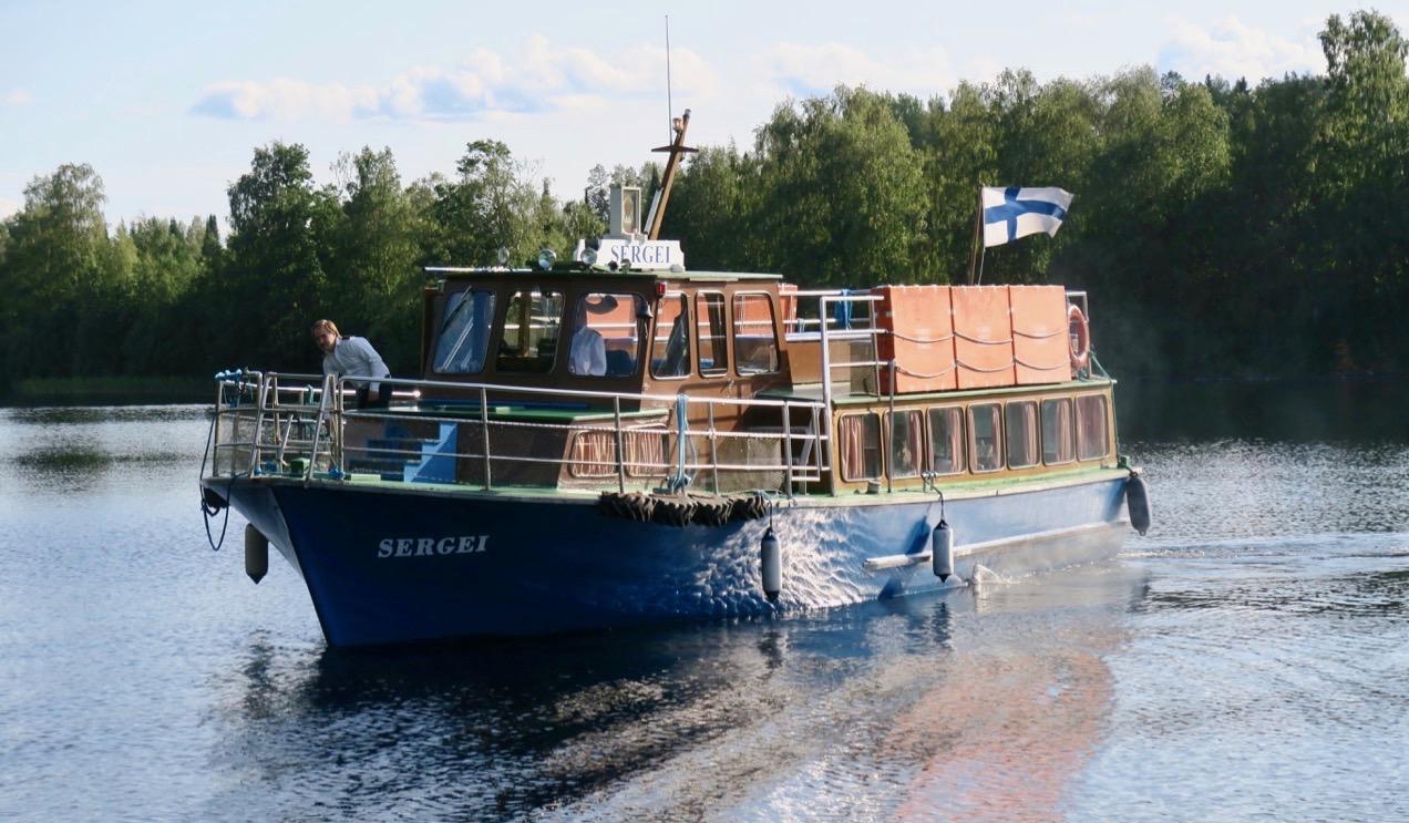 Sergei, båten som ska ta oss sjövägen till Lintula och nunneklostret.