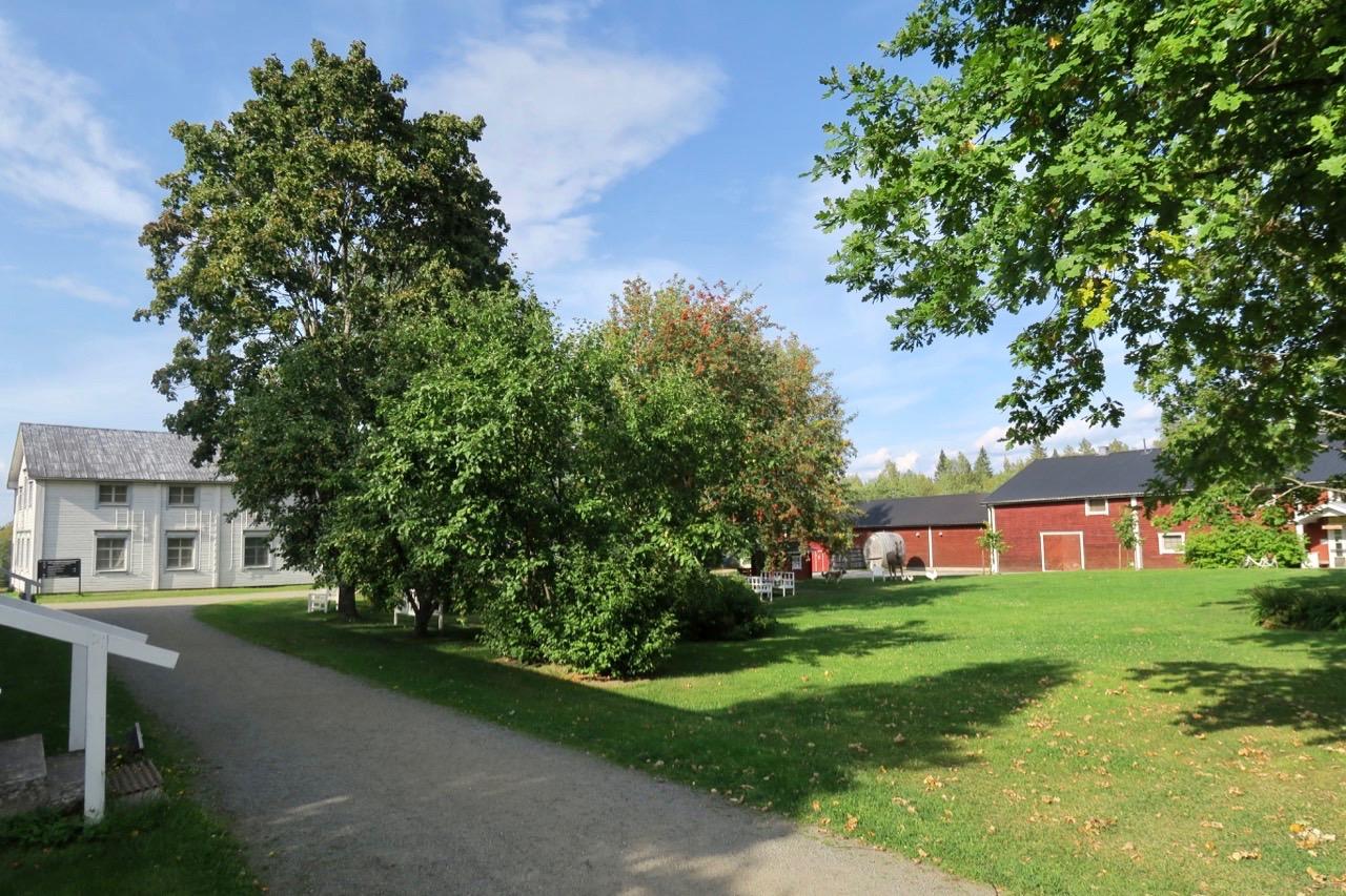 OMrådet som hör till Valamo kloster är stort och är inder sommartid vackert inbäddat i grönska.