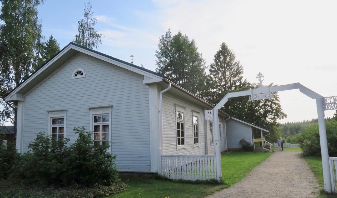 Den gamla träkyrkan i Nya Valamo kloster är restaurerad efter branden på 1970-talet