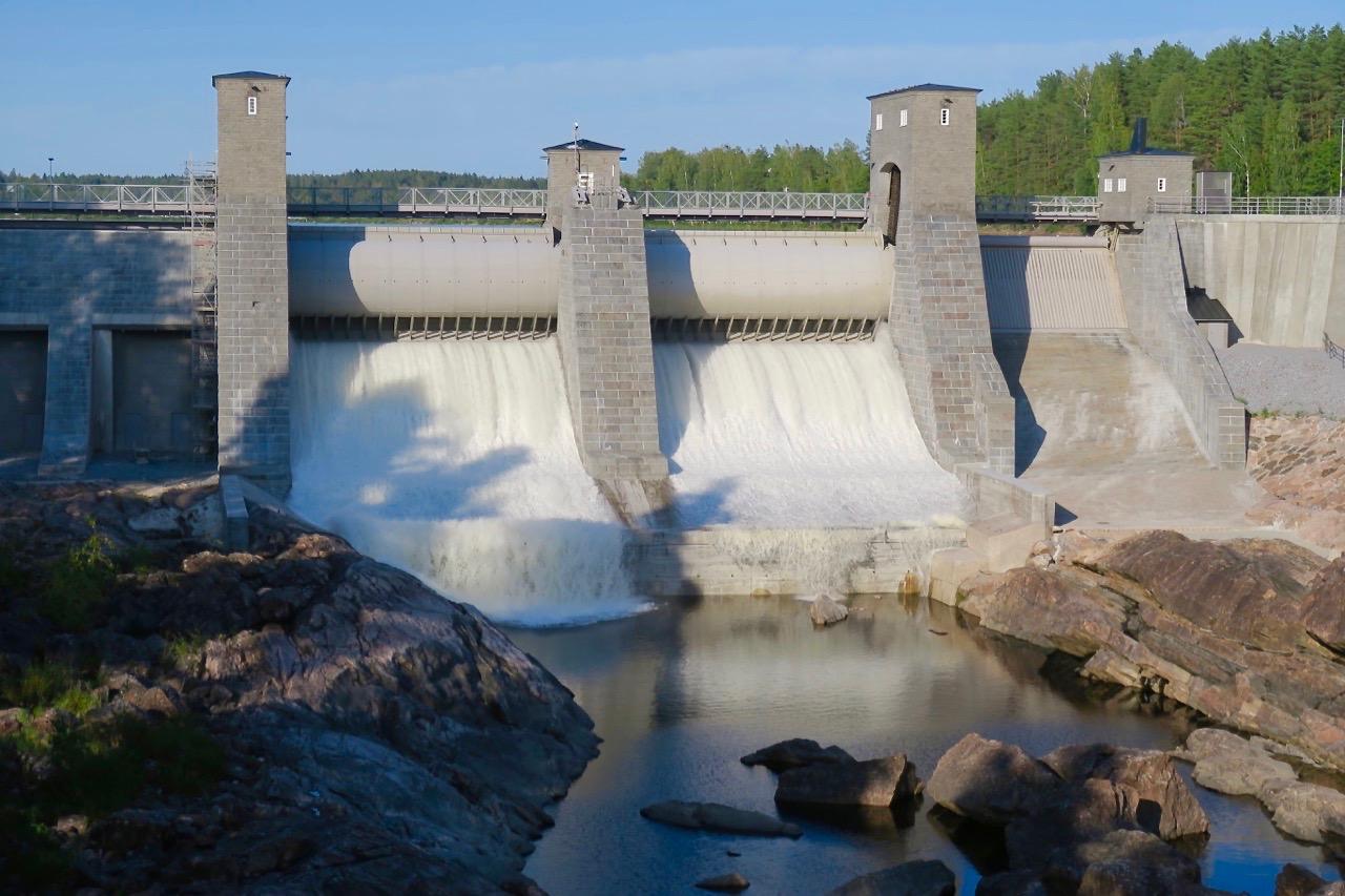 Forsande vatten vällde ner i flodfåran när kraftstationen i Imatra öppnade sina dammluckor.