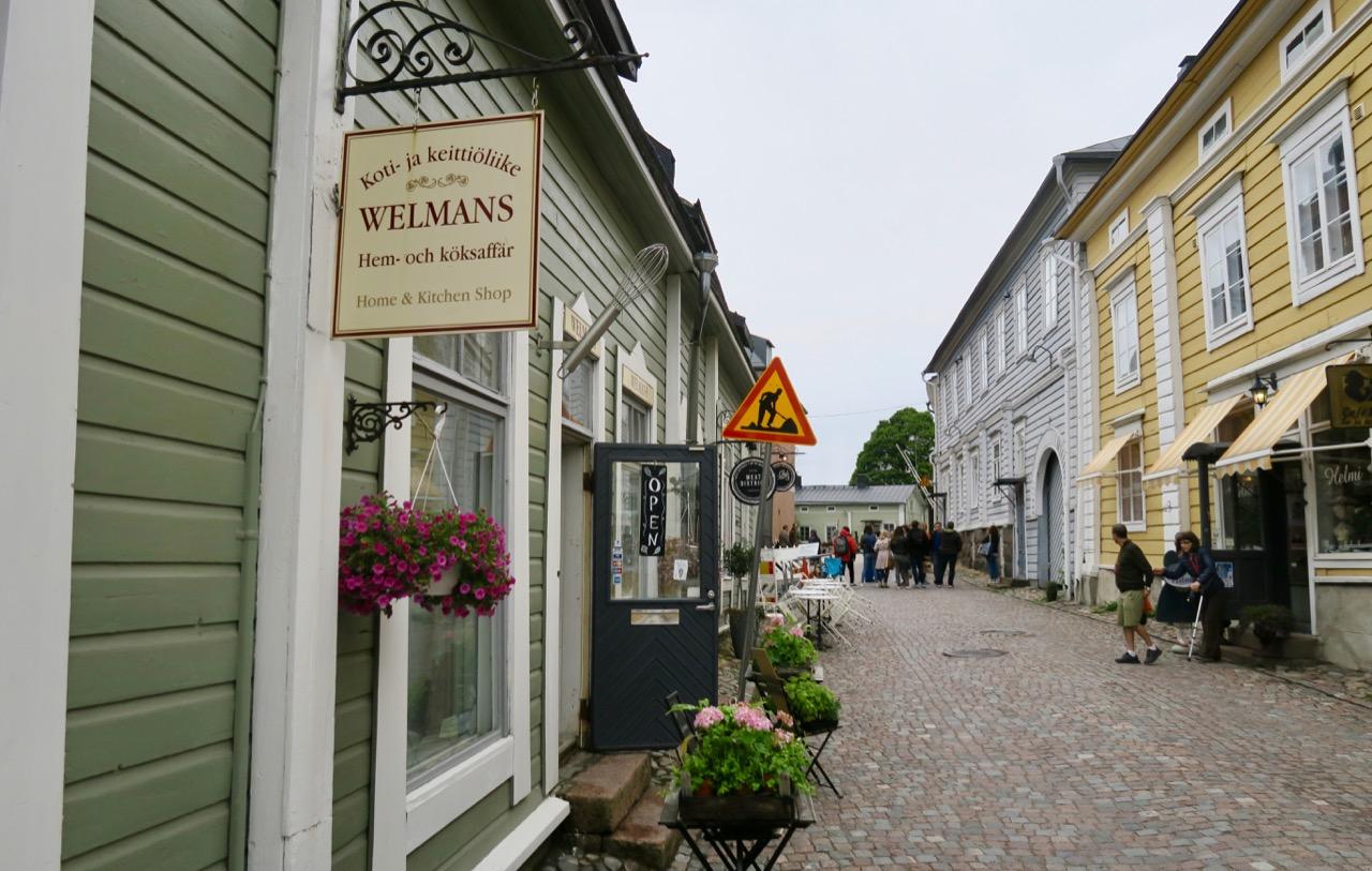 Gatubild från den gamla delen av Borgå i FInland
